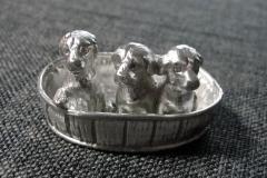 Zinn-Hundewelpen-im-Korb-01